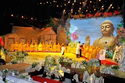 Chương trình được bắt đầu là lễ nghiêm trang và rất hoành tráng của các Chư Tôn Thiền Đức Tăng quang lâm sân khấu, để tiến hành khóa lễ ngắn nhân mùa thắng hội Vu lan